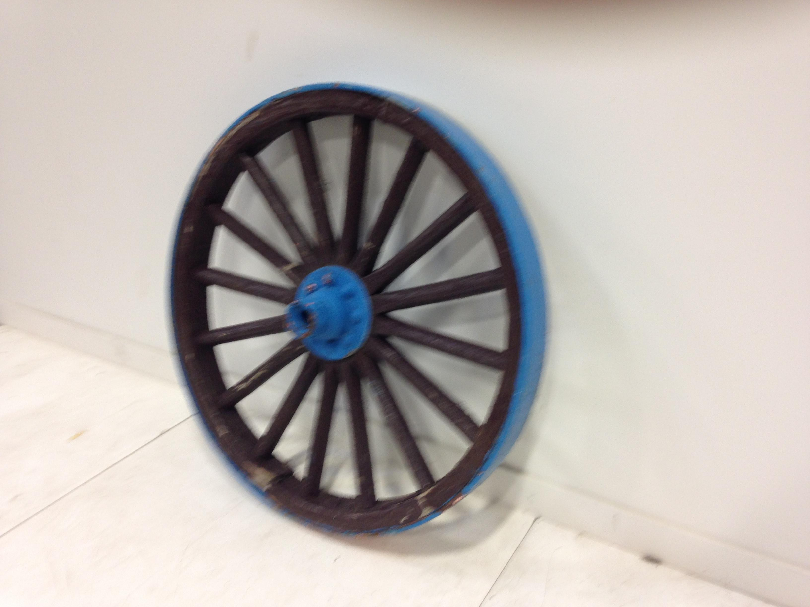 Lge wagon wheel w/blue accents